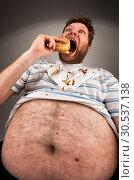 Fat man eating burger. Стоковое фото, фотограф Tryapitsyn Sergiy / Фотобанк Лори