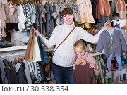 Купить «Pregnant female and child enjoying purchases», фото № 30538354, снято 10 января 2017 г. (c) Яков Филимонов / Фотобанк Лори
