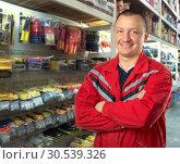 Adviser in tools shop. Стоковое фото, фотограф Tryapitsyn Sergiy / Фотобанк Лори
