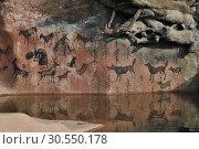 Купить «Наскальная живопись в вольере у волка в Московском зоопарке», эксклюзивное фото № 30550178, снято 26 сентября 2014 г. (c) lana1501 / Фотобанк Лори