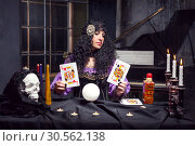 Sorceress while practising witchcraft. Стоковое фото, фотограф Tryapitsyn Sergiy / Фотобанк Лори