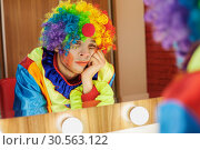 Circus clown looks in a mirror in makeup room. Стоковое фото, фотограф Tryapitsyn Sergiy / Фотобанк Лори