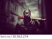 Купить «Psycho man in hockey mask with bloody baseball bat», фото № 30563274, снято 7 ноября 2016 г. (c) Tryapitsyn Sergiy / Фотобанк Лори