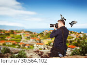 Photographer takes pucture standing on mountain. Стоковое фото, фотограф Tryapitsyn Sergiy / Фотобанк Лори