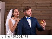 Bride in veil embracing groom with wedding rings. Стоковое фото, фотограф Tryapitsyn Sergiy / Фотобанк Лори
