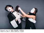 Pantomime theater performers with frying pan. Стоковое фото, фотограф Tryapitsyn Sergiy / Фотобанк Лори