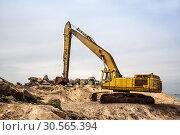 Купить «Shovel mashine work with sand and stones», фото № 30565394, снято 25 февраля 2017 г. (c) Tryapitsyn Sergiy / Фотобанк Лори