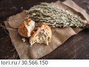 Купить «Bread loaf breaked in half, wheat on burlap cloth», фото № 30566150, снято 29 марта 2017 г. (c) Tryapitsyn Sergiy / Фотобанк Лори