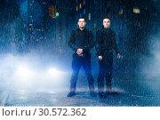 Купить «Special force troops poses in the rain», фото № 30572362, снято 6 июня 2018 г. (c) Tryapitsyn Sergiy / Фотобанк Лори