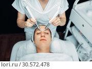 Beautician makes face rejuvenation procedure. Стоковое фото, фотограф Tryapitsyn Sergiy / Фотобанк Лори