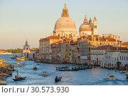 Вид на купол   собора Basilica di Santa Maria della Салюте солнечным сентябрьским вечером. Венеция. Италия (2017 год). Редакционное фото, фотограф Виктор Карасев / Фотобанк Лори