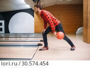 Купить «Bowler makes throw, closeup view on hand with ball», фото № 30574454, снято 7 октября 2018 г. (c) Tryapitsyn Sergiy / Фотобанк Лори