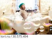 Купить «Fat ugly man washing in a bath», фото № 30575494, снято 22 апреля 2012 г. (c) Tryapitsyn Sergiy / Фотобанк Лори