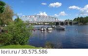Вид на железнодорожный мост через пролив Кюрёнсалми солнечным июньским днем. Савонлинна, Финляндия (2017 год). Редакционное видео, видеограф Виктор Карасев / Фотобанк Лори