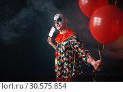 Купить «Bloody clown with meat cleaver holds air balloon», фото № 30575854, снято 7 декабря 2018 г. (c) Tryapitsyn Sergiy / Фотобанк Лори