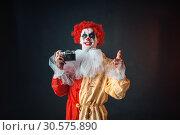 Купить «Scary bloody clown with crazy eyes makes picture», фото № 30575890, снято 7 декабря 2018 г. (c) Tryapitsyn Sergiy / Фотобанк Лори