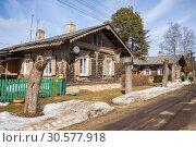 Типовые деревянные дома в Егерской слободе, Мариенбург, Гатчина (2019 год). Стоковое фото, фотограф Юлия Бабкина / Фотобанк Лори