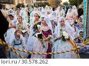 People in national costumes walking through streets (2019 год). Редакционное фото, фотограф Яков Филимонов / Фотобанк Лори