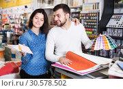 Купить «Couple in paint supplies store», фото № 30578502, снято 9 марта 2017 г. (c) Яков Филимонов / Фотобанк Лори