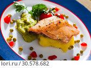 Купить «Trout fillet with mashed potatoes», фото № 30578682, снято 19 апреля 2019 г. (c) Яков Филимонов / Фотобанк Лори