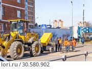 Купить «Рабочие ремонтируют канализационные колодцы в посёлке Северный в Москве», эксклюзивное фото № 30580902, снято 2 апреля 2019 г. (c) Алёшина Оксана / Фотобанк Лори