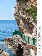 Крутой обрыв и извилистая дорожка к пляжу Могрен (Mogren). Будва, Черногория, Европа (2016 год). Стоковое фото, фотограф Кекяляйнен Андрей / Фотобанк Лори