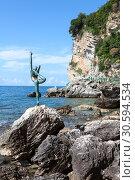 Купить «Статуя балерины на камне, на скалистом побережье. Неофициальный символ города Будвы. Черногория», фото № 30594534, снято 2 июня 2016 г. (c) Кекяляйнен Андрей / Фотобанк Лори