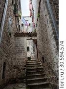 Купить «Узкие улочки и каменные лестницы в Старом городе Котора. Жилые старинные дома. Черногория», фото № 30594574, снято 2 июня 2016 г. (c) Кекяляйнен Андрей / Фотобанк Лори