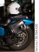 Купить «Белый мотоциклетный шлем на заднем сиденье мотоцикла, темная автостоянка», фото № 30594630, снято 24 февраля 2019 г. (c) Кекяляйнен Андрей / Фотобанк Лори