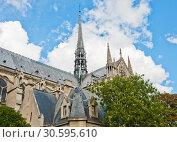 Купить «Собор Парижской Богоматери (Нотр-Дам-де-Пари; Notre Dame de Paris). Фрагмент здания со шпилем. Париж. Франция», фото № 30595610, снято 15 сентября 2017 г. (c) E. O. / Фотобанк Лори