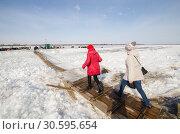 Купить «Люди идут через реку по ледовой переправе», фото № 30595654, снято 8 апреля 2019 г. (c) Яковлев Сергей / Фотобанк Лори