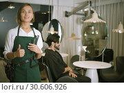 Купить «positive woman hairdresser thumbs up», фото № 30606926, снято 23 мая 2019 г. (c) Яков Филимонов / Фотобанк Лори