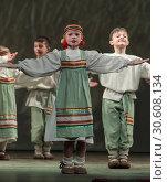 Детский танцевальный коллектив на сцене (2019 год). Редакционное фото, фотограф Дмитрий Неумоин / Фотобанк Лори