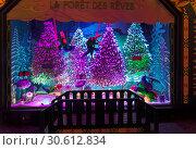 Купить «Рождественские украшения в витрине парижского универмага Галереи Лаффает (Galeries Lafayette). Сказочный лес.», фото № 30612834, снято 18 декабря 2018 г. (c) Сергей Рыбин / Фотобанк Лори