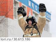 Купить «Сотрудник МЧС России поднимает две гири весом по 24 килограмма. Функциональное пожарно-спасательное многоборье», фото № 30613186, снято 19 апреля 2019 г. (c) А. А. Пирагис / Фотобанк Лори