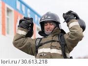 Купить «Сотрудник МЧС России поднимает две гири весом по 24 килограмма. Функциональное пожарно-спасательное многоборье», фото № 30613218, снято 19 апреля 2019 г. (c) А. А. Пирагис / Фотобанк Лори