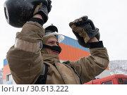 Купить «Сотрудник МЧС России поднимает две гири весом по 24 килограмма. Функциональное пожарно-спасательное многоборье», фото № 30613222, снято 19 апреля 2019 г. (c) А. А. Пирагис / Фотобанк Лори