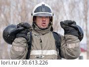 Купить «Сотрудник МЧС России поднимает две гири весом по 24 килограмма. Функциональное пожарно-спасательное многоборье», фото № 30613226, снято 19 апреля 2019 г. (c) А. А. Пирагис / Фотобанк Лори