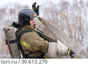 Купить «Сотрудник МЧС России собирает пожарный шланг. Функциональное пожарно-спасательное многоборье», фото № 30613270, снято 19 апреля 2019 г. (c) А. А. Пирагис / Фотобанк Лори
