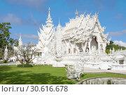 Wat Rong Khun (Белый храм) крупным планом солнечным днем. Чианг Рай, Таиланд (2018 год). Стоковое фото, фотограф Виктор Карасев / Фотобанк Лори