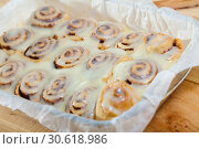 Купить «Vegan cinnabon rolls with topping», фото № 30618986, снято 23 апреля 2019 г. (c) Яков Филимонов / Фотобанк Лори