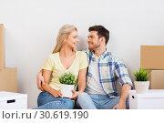 Купить «happy couple with boxes moving to new home», фото № 30619190, снято 25 февраля 2016 г. (c) Syda Productions / Фотобанк Лори