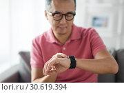 Купить «close up of man with smart watch», фото № 30619394, снято 16 декабря 2016 г. (c) Syda Productions / Фотобанк Лори