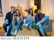 Купить «friends with beer and popcorn watching tv at home», фото № 30619574, снято 22 декабря 2018 г. (c) Syda Productions / Фотобанк Лори