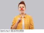 Купить «smiling red haired teenage girl with clown nose», фото № 30619850, снято 28 февраля 2019 г. (c) Syda Productions / Фотобанк Лори
