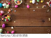 Купить «chocolate eggs and candy drops on wooden table», фото № 30619958, снято 22 марта 2018 г. (c) Syda Productions / Фотобанк Лори