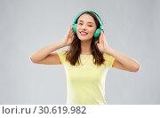 Купить «happy young woman or teenage girl with headphones», фото № 30619982, снято 29 января 2019 г. (c) Syda Productions / Фотобанк Лори
