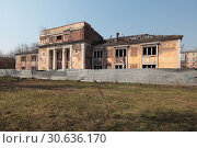 Купить «Балашиха, разрушенное здание бани в центре города», эксклюзивное фото № 30636170, снято 21 апреля 2019 г. (c) Дмитрий Неумоин / Фотобанк Лори