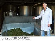 Купить «Man showing process of winemaking», фото № 30644022, снято 13 сентября 2018 г. (c) Яков Филимонов / Фотобанк Лори