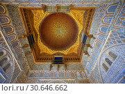 Arabesque Mudjar plasterwork of the 12th century roof of the Salón de Embajadores (Ambassadors' Hall or Throne Room). Alcazar of Seville, Seville, Spain. Стоковое фото, фотограф Funkystock / age Fotostock / Фотобанк Лори